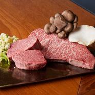 伊賀和牛は、発酵食品を混ぜた餌をあたえるなど、飼育環境がいい契約牧場から取り寄せています。京都周辺の新鮮な野菜のほか、フレンチ食材は世界中からセレクト。出会ったことのない素材の組み合わせを味わえます。