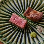 フォワグラとマリネした柿を目の前でフランベし、真空調理した菊芋を添えて。黒トリュフの香りや赤ワイン、オレンジジュース、スパイス、3~4種のオイルなど煮詰めて作られるソースで広がりのある味わいに。
