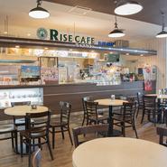 新垣氏をはじめとしたスタッフが優しく迎え入れてくれる【ライズカフェ】。おひとりさまでも気兼ねなく訪れることができ、広々とした店内でゆったりくつろぎながら過ごせます。