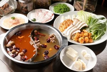 6種類の漢方が使われた赤と白のスープ、好みに合わせブレンドしていただく『ベーシック薬膳鍋コース』