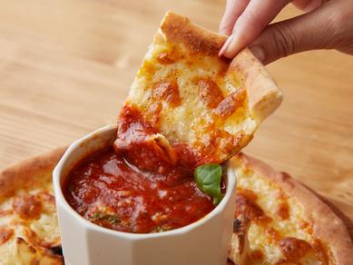 お皿の真ん中にディップソースを置いて、シンプルなプレーンピザで周りを囲む『ピザDEディップ』