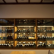 フランス産を中心にイタリア、ニュージーランドなど各国のワインが揃います。二階にはテーブル席も置かれており、セラーがまるで背景の一部のよう。料理に合わせて、オススメを選んでもらいましょう。