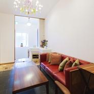 階段を上がりると、シャンデリアが飾られている暖炉とソファー席があります。その奥には、4名様掛けのテーブル席を2卓置いた個室をご用意。接待や商談、記念日や家族の食事会などに利用されています。