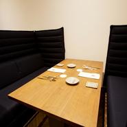 一階にはハイバックソファー席が置かれ、周囲の視線をあまり気にすることなく食事ができます。そのため、デートに最適。カウンター席の後ろに配置されているため、調理中のライブ感を知ることができます。