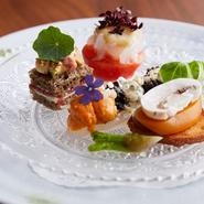 一皿の中に、生ウニ、キャビア、自家製カラスミなど存在感の強い食材が使われていますが、それぞれ主張しすぎることなく全体のバランスが保たれた逸品となっています。 ※画像は一例です。季節に応じて変わります。