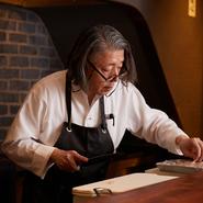 料理の全てを米村氏自身が確認できる席数に限定し開かれた【新門前 米村】。「ゲスト一人一人と真摯に向き合い、自分が納得できる料理をのみを提供するために立ち上げた店」と、話します。