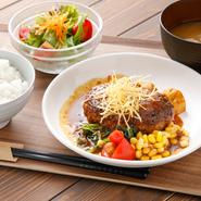 デミグラスソースをベースに、しょうゆや野菜、果物を加えてコトコト煮込んだ自慢の特製ソースを使ったランチ。セットにはご飯、味噌汁、サラダが付き、プラス100円からチーズや温泉卵のトッピングも可能です。