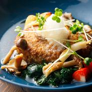 肉との相性を考え、肉の味を引き出すようしっかりとだしをとった、しょうゆベースのさっぱりとした和風ソースが人気の一品。ハンバーグはどれも150gのほか、200g、250g、300gから選べます。