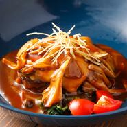 王道のデミグラスハンバーグにチーズをトッピンク。特製のデミグラスソースは、牛骨や野菜を煮込んだブイヨンに赤ワインを加えてじっくり煮込み、昔ながらの洋食店の味に仕上げています。