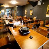 1階【真月 とんちゃん】は黒を基調としたウッディなテーブル席