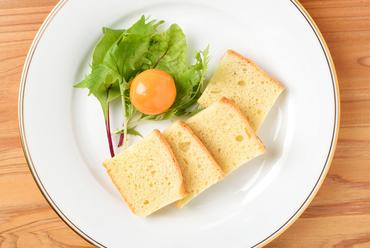 卵黄の濃厚な味わいと、風味豊かな自家製パンがベストマッチ!『卵黄のピクルス 自家製パン添え』