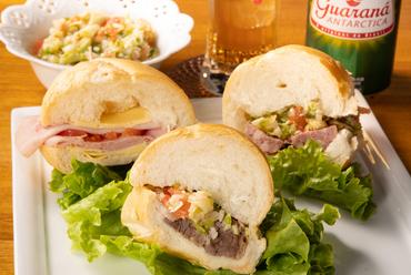 『ヴィナグレッチサラダ』とたっぷりの具材が抜群に美味しい『サンドイッチ』