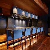 料理が出来上がる様子を目の前で見られるカウンター席も人気