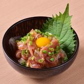 旨みが濃厚で柔らかいモモ肉をユッケ風にアレンジ。鶏肉のおいしさを改めて実感できる『冠地鶏のユッケ』