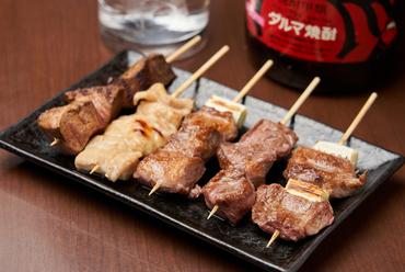 肉汁とともに、肉の旨みが口いっぱいに広がる『やきとん 串の盛り合わせ』