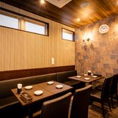 シックで大人向けの雰囲気漂う喫煙室や、座敷の完全個室