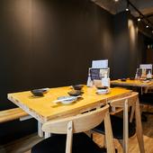 シンプルモダンなテーブルは3卓。女子会にもおすすめ