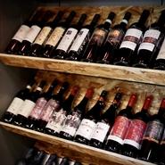 ソムリエが選ぶこだわりワイン80種をラインナップ。料理との相性で選ばれた、イタリアのマニアックワインも取り揃います。料理と最高のハーモニーを奏でるワインとのマリアージュを楽しめるペアリングコースも自慢。