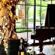 新鮮魚介が並ぶアイスベッドとグランドピアノが目を惹くインテリア、金箔をふんだんにあしらった料理ともに「名古屋らしさ」にこだわったゴージャス感が魅力。和モチーフのオブジェもあり、来日客のおもてなしにも。