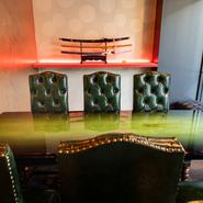 ご家族やカップル、仲間同士でよりプライベートな時間を過ごせる個室も完備。日本刀のオブジェが飾られた個室はリュクスなインテリアに飾られており、日常を離れて大切な人との特別な時間を過ごすことができます。