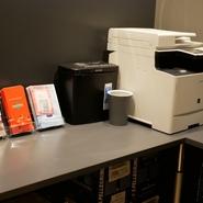 フリーWi-Fiや電源コンセントが使えるほか、無料のコピー機も利用可能。ノマドワーカーや営業マンのビジネスニーズにも対応しています。15時から17時のティータイムはホット&アイスコーヒー飲み放題もうれしい。