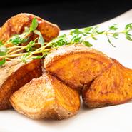 お芋のほくほく感が最大限に生きる独自のカット法にて調理した芋好きには堪らないポテトフライです。岩塩の塩味がポテトの甘みを引き立てています。
