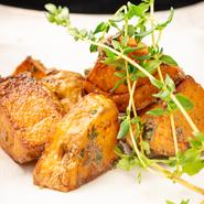 お芋のほくほく感が最大限に生きる独自のカット法にて調理した芋好きには堪らないポテトフライです。特製アンチョビソースと和えてあり、お酒のお供にも抜群の一品です。