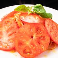 愛知県東郷町で水耕栽培により丹念に育てられた完熟トマト「トマロッソ」を贅沢に使用。完熟トマトならではの強い甘みと深みのある味わいが楽しめます。トマト好きにはたまらない極上パスタです。