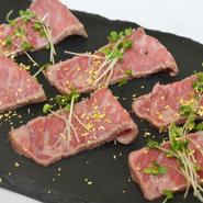 400年の歴史を持つブランド和牛・近江牛「A5ランク特選」の内ももの芯のみを熟成させたステーキスライス。きめ細かくすべらかな肉質のステーキは、口の中で甘くとろける脂がたまらない逸品です。