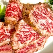 50年以上牛肉を見続けてきたプロの目で目利きした近江牛の中でも、その日一番いい状態のものを厳選して使用。好みに合わせた状態に炙って、一番おいしい瞬間に提供されます。