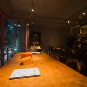 シンプルな空間、アンティーク家具、熟成を経たお酒が響き合う