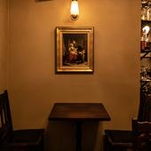 アンティーク感が漂う空間、ロマンチックなグラスや器も好評