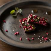 カカオ豆本来の持ち味と重層感に驚く『ラズベリーピスタチオ』