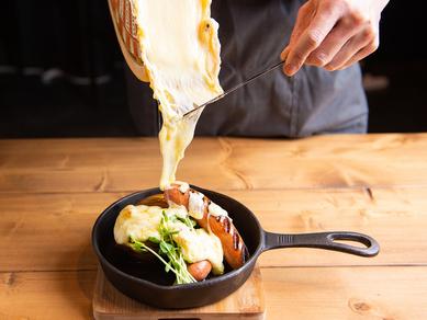 『ラクレットチーズのグリルプレート あらびきソーゼージとハッセルバックポテト』