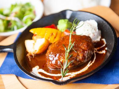 薪火グリルで焼き上げられた『大沼牛ハンバーグ』(ライスorパン、サラダ、ドリンク付き)