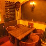 1Fカウンター横にある4名用テーブル席は、少人数グループに最適