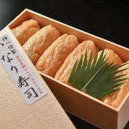 お土産用の『いなり寿司』は、大豆を石臼で挽いて油揚げから手づくりするという逸品。ほかにも、『海老ととろろ昆布の押し寿司』や『鯖バッテラ』などが持ち帰り用に用意されています。