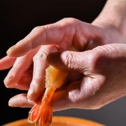 店主は割烹やホテル、有名寿司店などで腕を磨いた熟練の料理人。その目利きは確かで、自ら市場や鮮魚店などを巡り、全国の新鮮な魚介を仕入れています。シャリには、新潟産「こしいぶき」を使用。