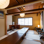 2階には予約制の座敷があり、最大16名まで利用OK。職場の宴会や食事会はもちろん、人生の節目を祝うハレの日の食事にもおすすめです。年2回、不定期でお座敷寄席も開催します。