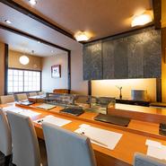 寿司店のカウンター席というと、やや緊張しがちですが、ここでは肩肘張らずにくつろげるのが魅力。店主の見事な手捌きを眺めながら、一人でも心地よく過ごせます。カウンター越しの会話も楽しみのひとつ。