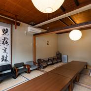 広々とした2階の座敷は、歓送迎会や忘新年会などの宴会にぴったり。四季折々の料理と寿司の数々が、華やかなシーンを彩ります。和食に欠かせないお酒は、全国から取り寄せた日本酒を中心にラインナップ。