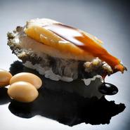 選び抜いたネタに江戸前の仕事を施し、心を込めて握る寿司はどれも抜群の完成度。手間をかけた料理を織り交ぜた『すし懐石コース』は、舌の肥えたゲストも満足すること間違いなし。