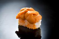 蒸しウニを混ぜたシャリの上に、新鮮な生ウニがたっぷり。ミョウバン不使用の海水ウニなので、天然の味をそのまま楽しめます。夏は積丹、冬は道東など、北海道産のウニを季節により使い分けています。