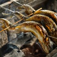 2時間近くかけて、炭火でじっくり焼き上げるのが美味しさの秘訣。表面に染み出す脂で、骨や頭もサクサクに仕上がります。鮎の季節は6月から8月半ば頃まで。ほかにも、季節に応じて様々な焼き物が供されます。
