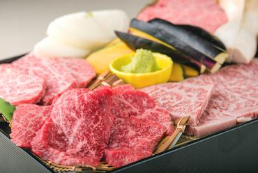 店で扱う「かみふらの和牛」の中で、とくに質の良い部位を一皿に。贅沢な食べ比べを楽しめる『つばめ』