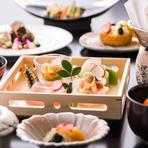 北海道をはじめ、全国から届く食の恵みをふんだんに使用した自慢の会席料理。ひとつひとつ丁寧にひと手間加え、素材のおいしさしっかり残すことで季節ごとに違った味が楽しめます。