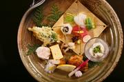 平日ランチ、1日20食限定! 毎月2回のメニュー替えで、今の「美味しい」をお届けします。多種のお料理を彩り鮮やかに盛り付け。