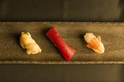 ・寿司8貫(鮪、鯛、そい、平政、ホタテ貝、ボタンエビ、ズワイ蟹、イクラ)・小鉢・本日の煮物 ・サラダ・味噌汁・コーヒー ※仕入れにより内容が異なる場合がございます。