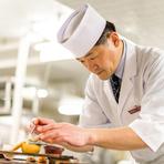 来店された方の行動を厨房から観察。フロアスタッフと連動し、常に一歩先を行く丁寧なサービスを心掛けています。また、精一杯のおもてなしを、料理で表現することに心血が注がれている店です。