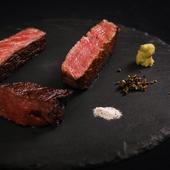 希少な銘柄和牛の濃厚な旨みと、口溶けの良い脂のバランスが絶妙な『【こぶ黒】サーロインステーキ』
